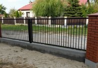 Ogrodzenie Dębica -klinkier połączony z betonową podmurówką.