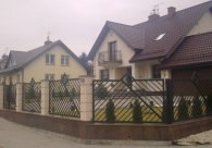 Bardzo ładne i gustowne ogrodzenie metalowe.